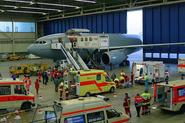 Ein Airbus A310 MRT wird nach dem MedEvac-Flug in die Halle geschleppt. Dort erfolgt die Übergabe der Patienten für den Weitertransport. Foto: Toni Dahmen / Luftwaffe