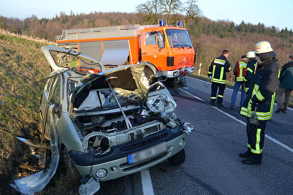 Nach der Kollision mit einem Rüstwagen (RW 2) ist der Fahrer dieses Twingo bei Gaiberg (BW) lebensgefährlich verletzt worden. Foto René Priebe