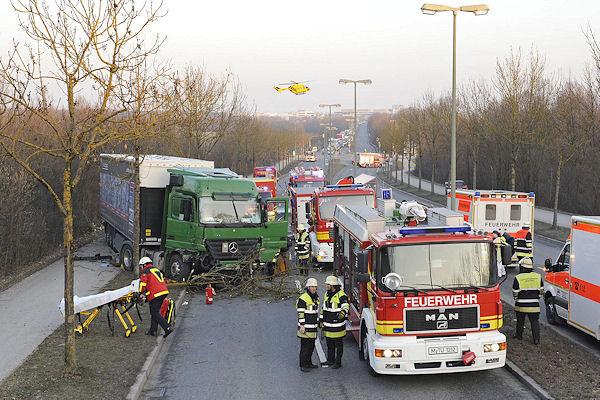 Unfall mit einem Sattelzug in München: Der Lkw hatte dabei fünf Alleebäume niedegerissen. Foto: BF München