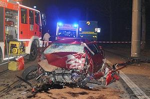 In diesem Fahrzeugwrack starb am späten Dienstagabend in Essen der 18-jährige Autofahrer. Foto: KDF