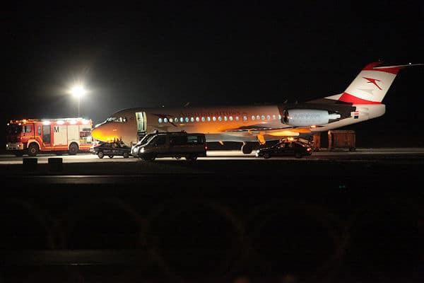 Nach der geglückten Notlandung in München: Die Fokker 70 wird untersucht. Foto: fib/Eß