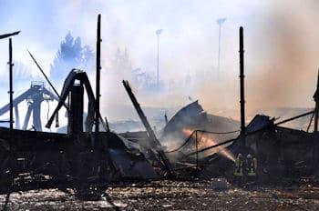Ein Großbrand zerstörte ein Kinderfreizeitparadies in Heilbronn-Böckingen. Der Schaden wird auf 2,5 Millionen Euro geschätzt. Foto: Andreas Rosar