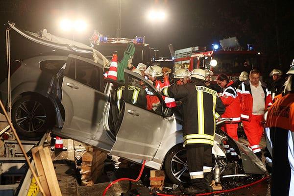 Tödlicher Unfall auf der B 14 in Heilsbronn: Ein Unfallfahrzeug hängt auf der Leitplanke. Rettungskräfte befreien einen US-Soldaten. Foto: News5