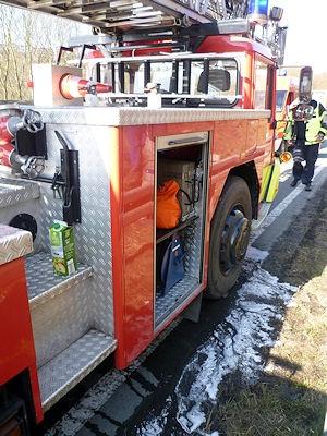 Die Saftpackung steht noch auf der Drehleiter: Mit den 1,5 Litern Fruchtsaft konnte der Brand in Schach gehalten werden. Foto: Christian Arndt/Feuerwehr