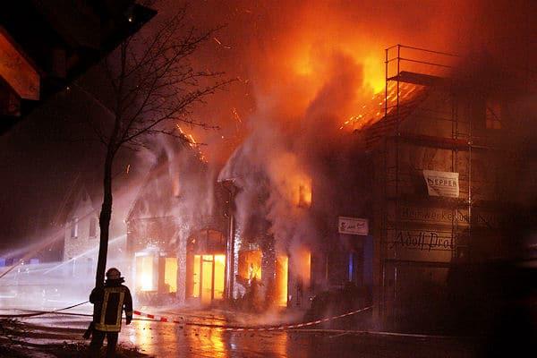 Großbrand in Olfen: Eine Holzhandlung brennt völlig nieder. Foto: Magda