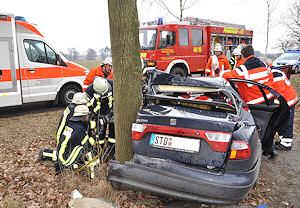 Schwerer Unfall zwischen Oldendorf und Himmelpforten. Die beiden Frauen an Bord überlebten den Unfall mit leichten Verletzungen. Foto: Polizei Stade