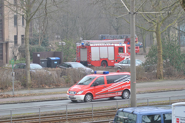 Einsatz der Feuerwehr Bremen, direkt gegenüber der Redaktion des Feuerwehr-Magazins. Gerade trifft der Einsatzleitdienst ein. Foto: Olaf Preuschoff