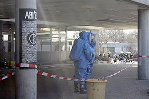 Chemie-Unfall im Schloss-Gymnasium Kirchheim: Die Feuerwehr geht in Chemiekalienschutzanzügen vor. Foto: 7aktuell.de