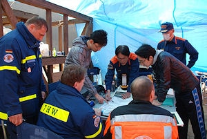 SEEBA-Kräfte bei einer Besprechung mit den japanischen Behörden. Foto: THW/Pfleiderer
