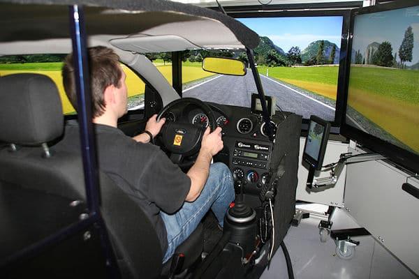 In einem solchen Simulator können Maschinisten das Fahren unter Einsatzbedingungen üben. Foto: DVR