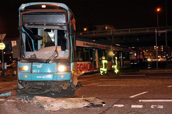 Unfall mit Straßenbahn in Frankfurt: Nach der Kollision mit einem Bus entgleiste die Bahn. Foto: Schmidt/D3S media