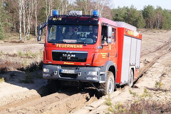 Geländetraining mit Feuerwehrfahrzeugen in Deutsch Evern. Foto: Schmidt/Feuerwehr