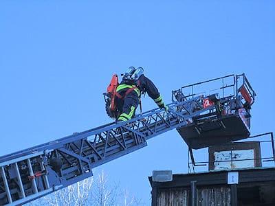 Sicheres Aufsteigen auf die Drehleiter mit dem neuen Fallschutzsystem FPS 32. Foto: Metz Aerials