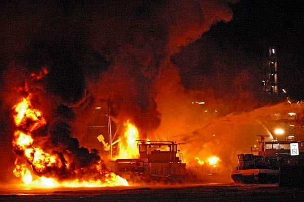 Großbrand im Hafen von Lingen: Ein mit Benzin beladenes Tankschiff brennt in voller Ausdehnung. Foto: Stephan Konjer