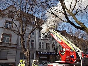 Brand in Iserlohn: Die Feuerwehr geht unter anderem über eine Drehleiter vor. Foto: Rutsch/Feuerwehr