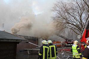 Die Turnhalle der Waldschule in Groß Grönau brennt völlig nieder. Foto: Christian Nimtz
