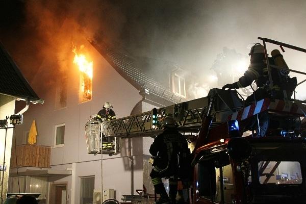 Ein Großbrand zerstörte ein frisch renoviertes Fachwerkhaus in Großheubach. Foto: Hettler