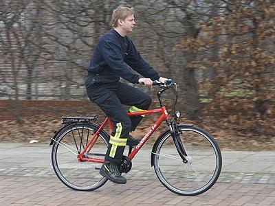 """Fahrten mit dem Einsatz-Bike Modell """"Feuerwehr"""" des Feuerwehr-Magazins sind gesund und machen Spaß. Foto: Hegemann"""
