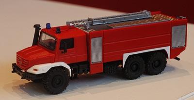 Feuerwehr-Fahrzeugmodell von Herpa auf dem neuen Mercedes Zetros. Foto: Preuschoff