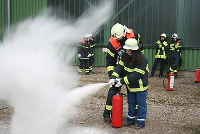 Eine Aufgabe für die Schüler war, den Umgang mit einem Feuerlöscher zu lernen. Foto: Feuerwehr Bous