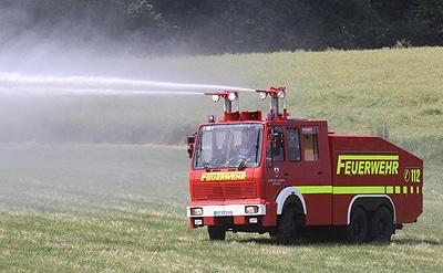 Löschen über zwei Dachwerfer: Die Feuerwehr Ratzeburg baute einen ehemaligen Polizei-Wasserwerfer 9000 zum Tanklöschfahrzeug um. Fahrgestell ist ein Mercedes 2628 AK mit Allradantrieb. Foto: Jann