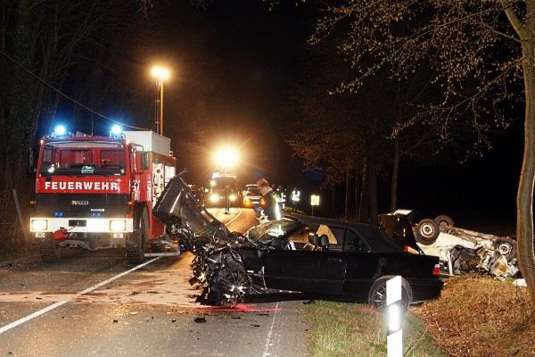 Tödlicher Verkehrsunfall im Kreis Unna. Ein junger Mann war mit seinem Cabrio in den Gegenverkehr geschleudert. Der Unfallgegner starb. (Foto:Magda)