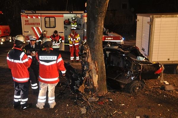 Bei einem schweren Unfall in Stuttgart-Zuffenhausen verunglückten zwei junge Männer tödlich. (Foto: Andreas Rosar)