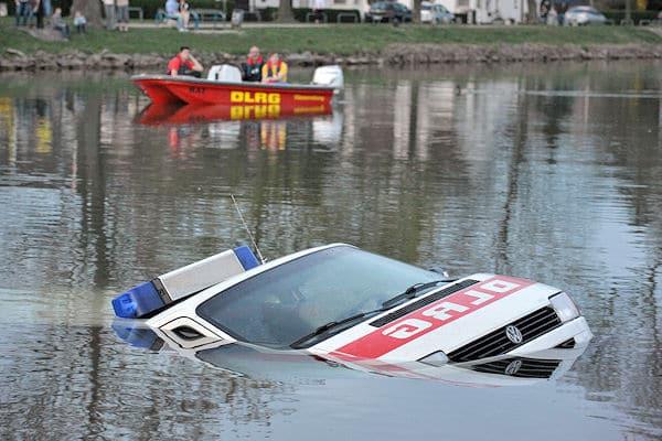 DLRG-Fahrzeug versenkt: Langsam taucht der VW T4 wieder an der Wasseroberfläche auf, als er per Seilwinde aus dem Datteln-Hamm-Kanal gezogen wird. Foto: Magda