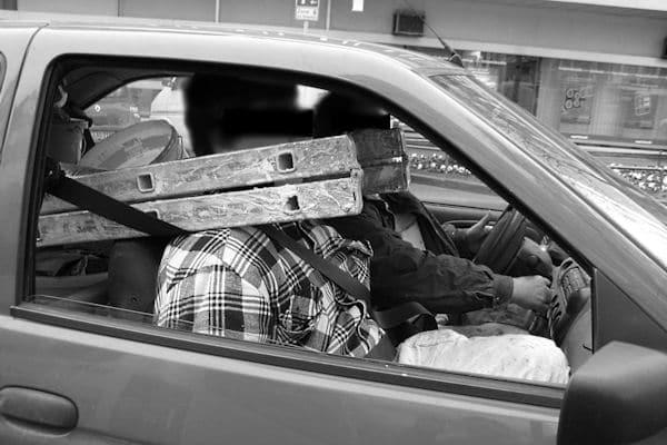 Unfassbarer Leichtsinn: Weil die Leiter zu lang für das Auto war, nahm ein Lehrling in Aachen die Steighilfe auf die Schultern und streckte den Kopf durch die Sprossen. Foto: Polizei