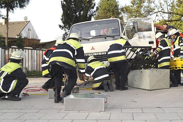 Feuerwehrleute arbeiten an der Befreiung eines eingeklemmten Mannes in München. Foto: Feuerwehr München