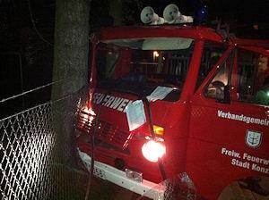 Unfall mit Feuerwehrfahrzeug in Konz: zwei Feuerwehrleute erlitten leichte Verletzungen. Foto: Geidies