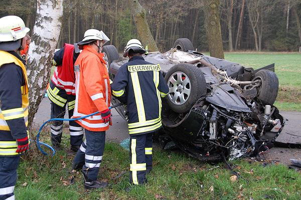 Tödlicher Unfall bei Adolfshausen (nahe Blender, Kreis Verden): Die Feuerwehr befreit einen tödlich verunglückten Audi-Fahrer. Foto: Polizei