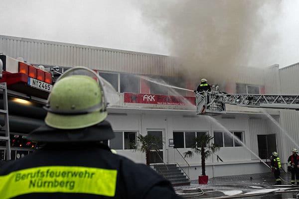 Brand im Saunaclub: Die Feuerwehr Nürnberg rettet zwei Menschen aus dem Gebäude. Foto: News5