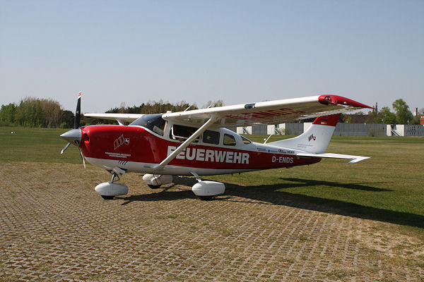 Die Cessna 206 des Feuerwehr-Flugdienstes steht am Flugplatz Lüneburg: Aus Geldmangel darf das Flugzeug derzeit nicht starten. Foto: Matthias Köhlbrandt
