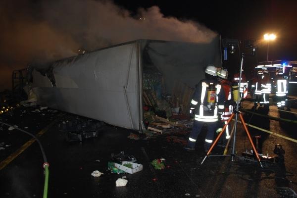 Bei einem schweren Unfall auf der Autobahn 1 brannten ein Sattelzug und ein Pkw vollständig aus. Beide Fahrer wurden verletzt. (Fotos: Polizei)