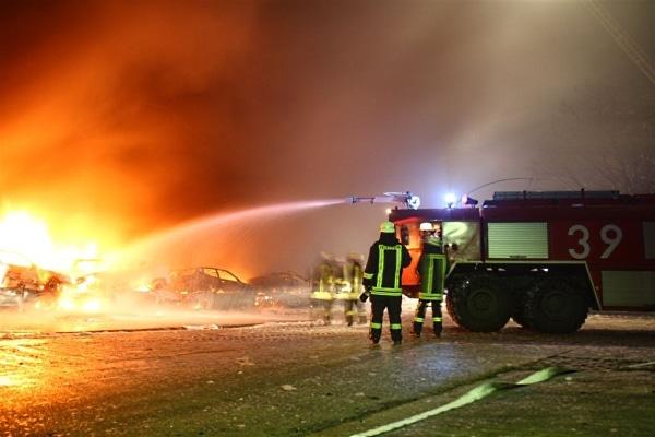 Über 100 Altautos aus der Abwrackprämie standen auf einem ehemaligen Kasernengelände in Langemannshof in Flammen. Neben den kommunalen freiwilligen Wehren kam auch die Bundeswehrfeuerwehr Bergen zum Einsatz. (Fotos: Kreisfeuerwehr SFA)