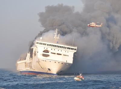 """Im Oktober 2010 ging die """"Lisco Gloria"""" vor Fehmarn in Flammen auf. Foto: DGzRS"""