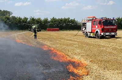 Eine Standardsituation im Sommer: Flächenbrand auf einem Acker. Foto: Timo Jann