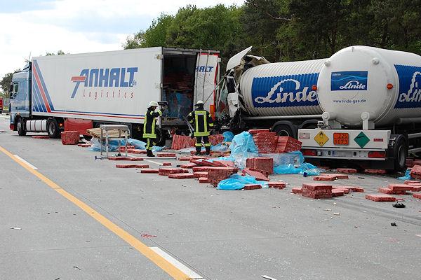 Tödlicher Unfall mit einem Gefahrgut-Lkw auf der A 1. Feuerwehrleute begutachten das Fahrzeug mit einer Wärmebildkamera. Foto: Polizei