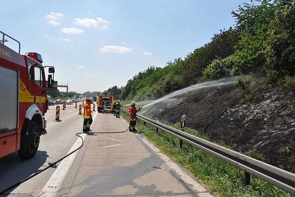 Flächenbrand an der A 5 bei Bruchsal: Rund 200 Quadratmeter Böschung verbrannten am Mittwoch. Foto: Heinold/Feuerwehr