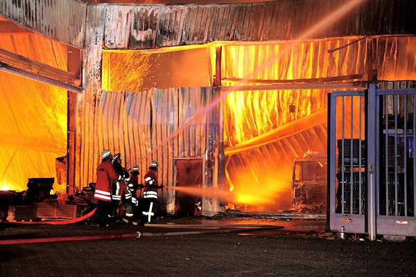 Großfeuer in einer Lagerhalle in Kirchardt-Berwangen. Foto: Benjamin Beytekin