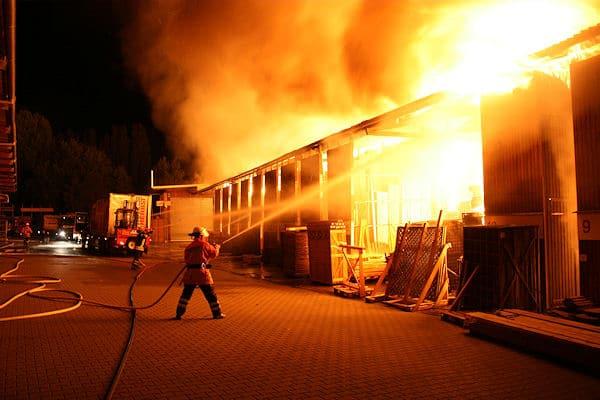 Großfeuer in Lüneburg: Eine Halle einer Holzfachhandlung brennt in voller Ausdehnung. Foto: Roemer/Feuerwehr