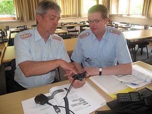 Die Stadtbrandmeister Theo Garrelts und Heinrich Meyer-Hanschen bei der ersten Begutachtung der Handsprechfunkgeräte. Foto: Thom/Feuerwehr