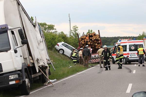 Tödlicher Unfall bei Allersberg: Ein Autofahrer starb, nachdem er mit einem Langholztransporter kollidiert war. Foto: News5