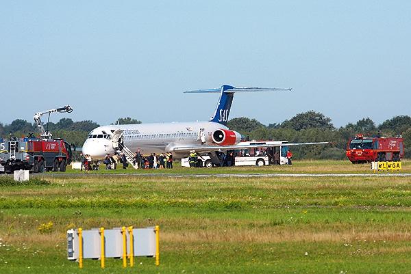 Einsatz auf dem Flughafen Hannover (Archivbild aus 2010): Ein Passagierflugzeug ist notgelandet. Foto: Resech
