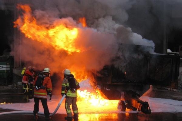 Eine mobile Schreddermaschine war in der Halle eines Recyclingbetriebes in Korntal-Münchingen in Brand geraten. Foto: FF Korntal-Münchingen