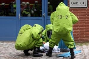 Bei einem Chemieunfall in einem Forschungslabor in Geesthacht sind drei Menschen verletzt worden. Die Feuerwehr  rückte mit über 100 Einsatzkräften zu dem Gefahrguteinsatz aus. Foto: Timo Jann
