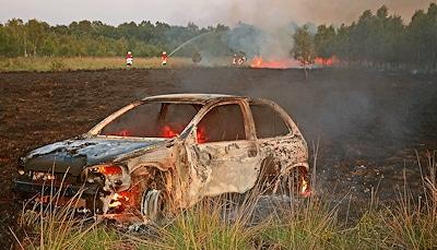 Dieser brennende Opel Corsa war Ursache des ausgedehnten Feuers. Jugendliche hatten mit ihm eine Spritztour in dem Naturschutzgebiet unternommen. Foto: Stephan Konjer