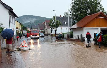 Nach dem Starkregen kam der Feuerwehr-Einsatz. Foto: Ralf Hettler