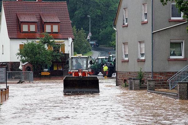 Aufräumarbeiten nach Unwetter in Leidersbach. Foto: Ralf Hettler